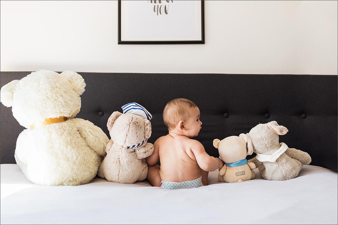 Familienfotografin Soraya Haessler fotografiert liebevoll eine Familie in ihren eigenen Zuhause.